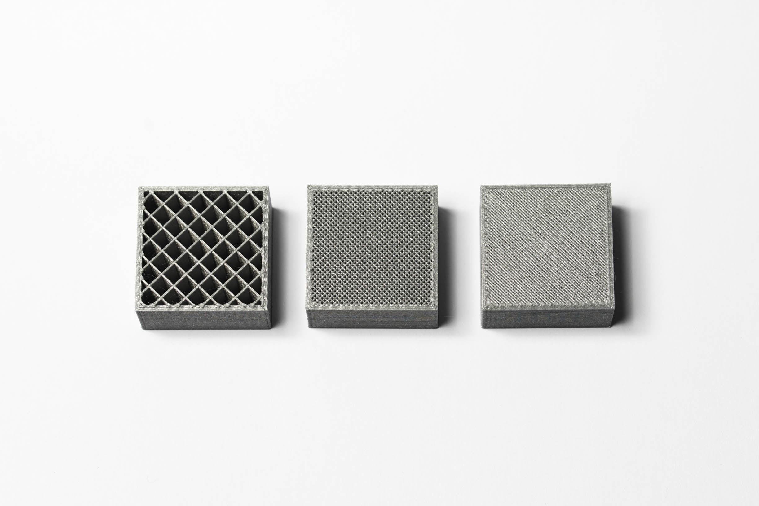 سه قطعه یکسان پرینت شده با تکنولوژی FDM با تراکم های داخلی مختلف