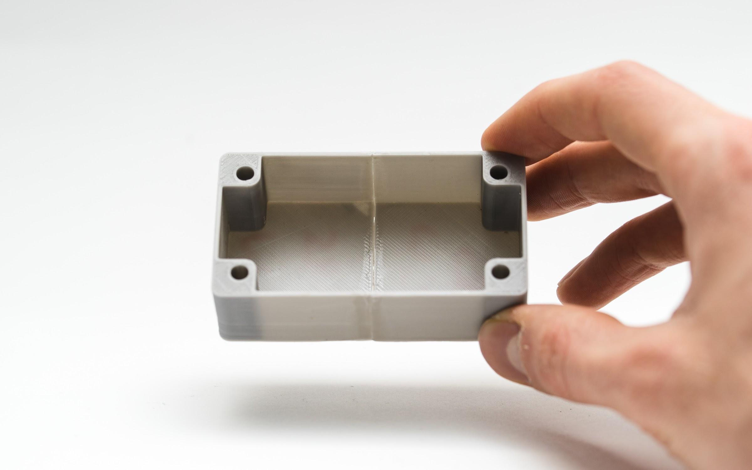 دو قطعه طوسی رنگ تولید شده توسط پرینتر سه بعدی FDM که با تکنیک جوش سرد به هم متصل شده اند.