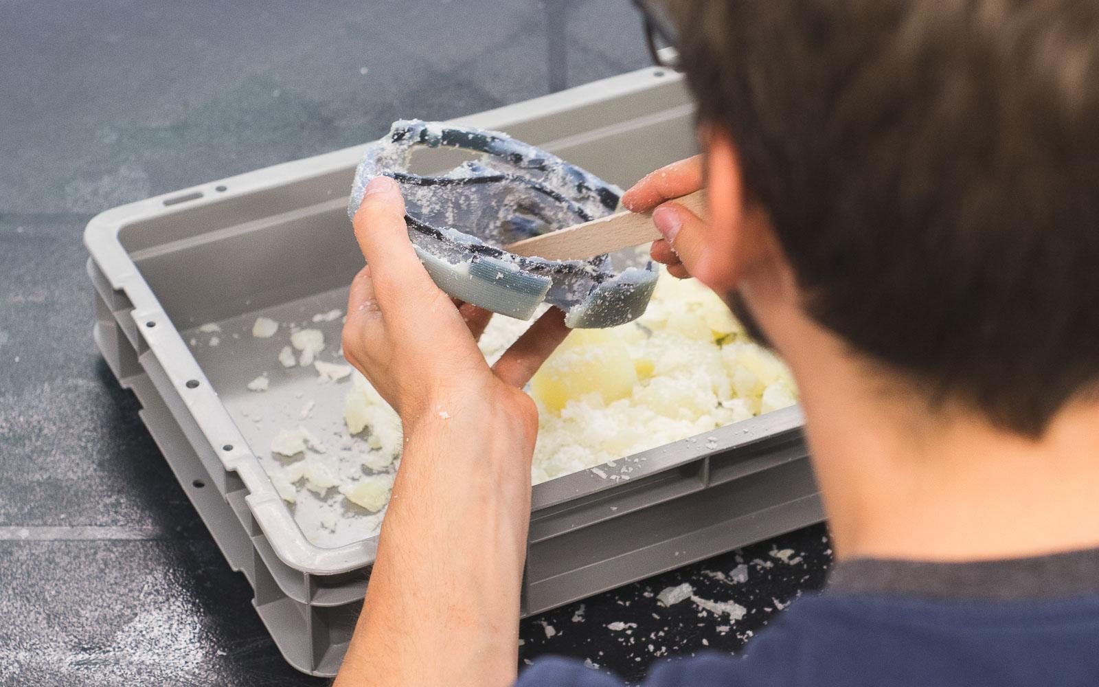 حذف متریال محلول در آب از قطعه ساخته شده با پرینتر سه بعدی پلی جت