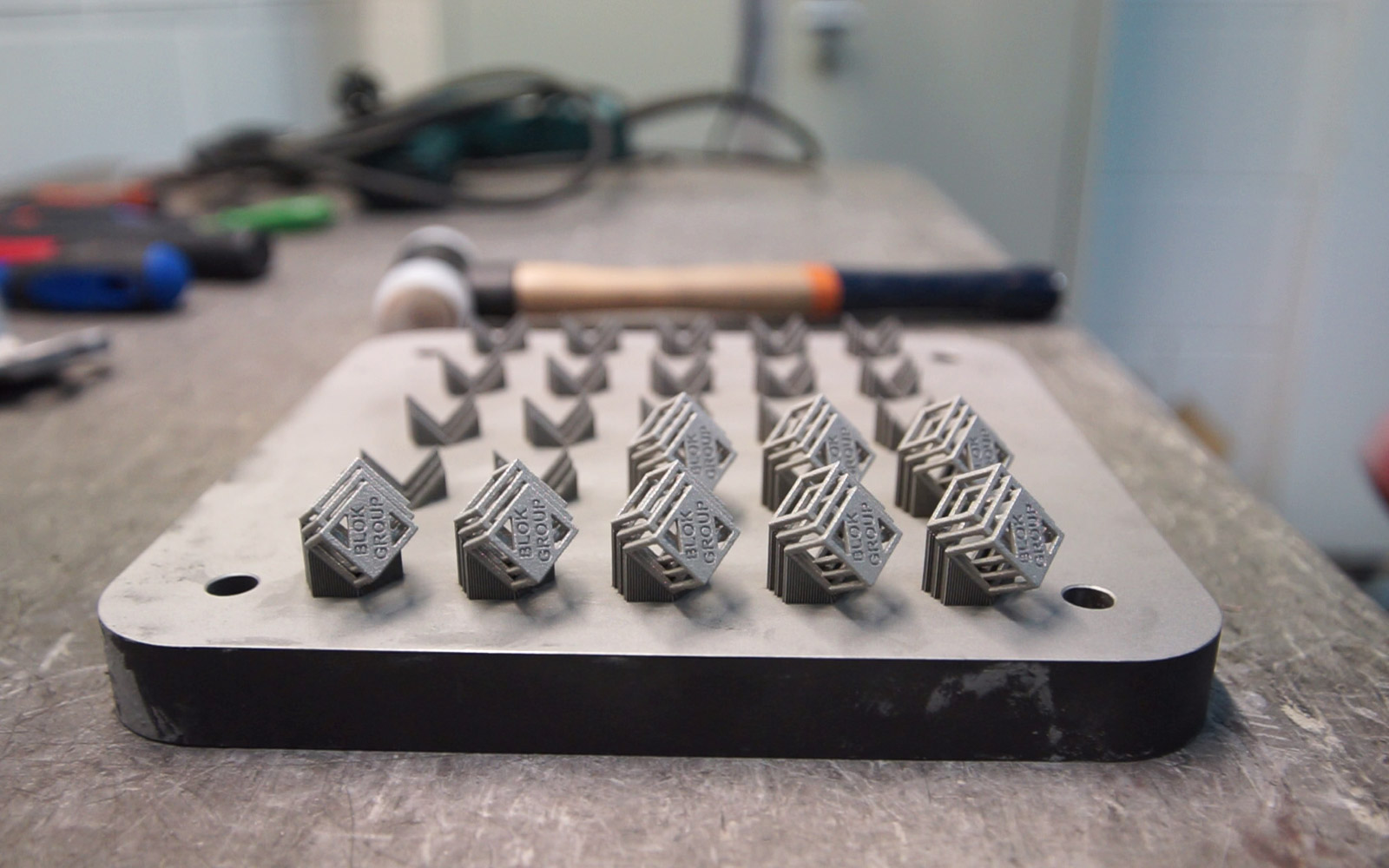 پرینت های فلز متصل به سینی ساخت به همراه سازه ساپورت