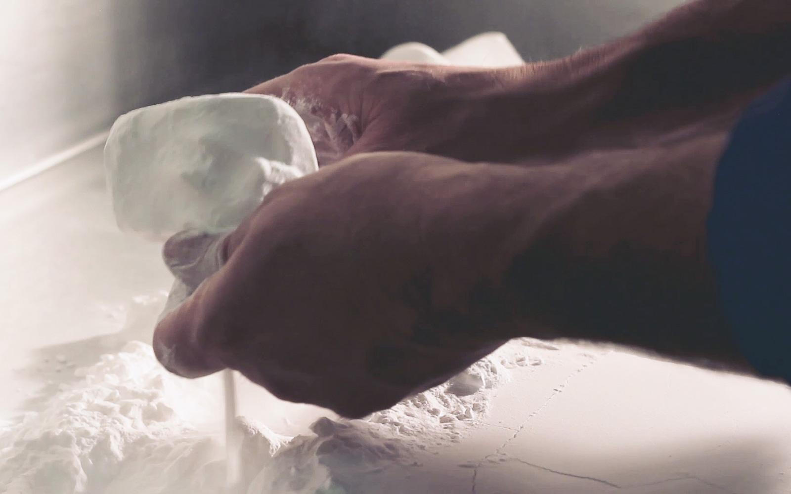 در پرینت سه بعدی SLS پودر ذوب نشده اطراف قطعه به عنوان سازه ساپورت عمل می کند.