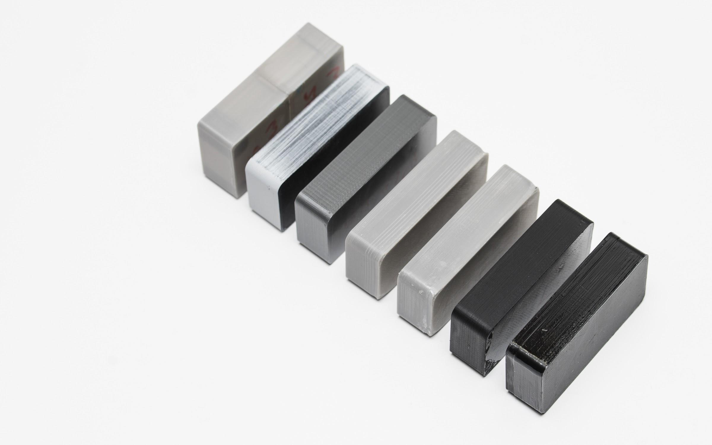 (از چپ به راست) قطعه پرینت سه بعدی شده با ساپورت های متصل، جدا کردن ضعیفِ ساپورت ها از قطعه، به خوبی جدا کردن ساپورت ها از قطعه.