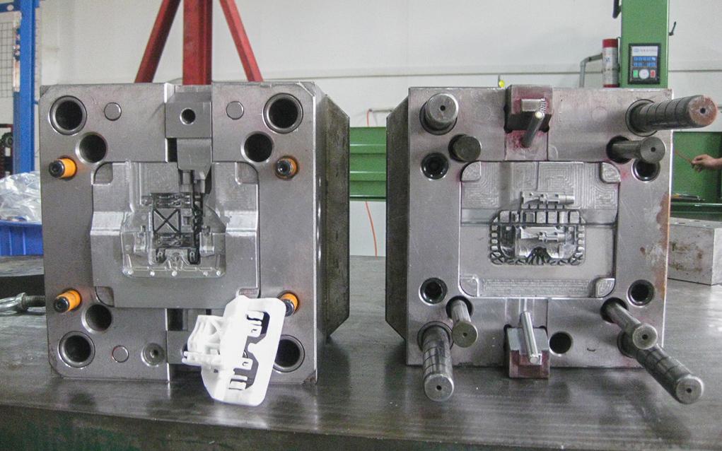یک قالب صنعتی برای تولید ده ها هزار قطعه پلاستیکی. قالب سمت راست هسته قالب سمت چپ را تشکیل می دهد. (تصویر متعلق به شرکت Promolding است.)