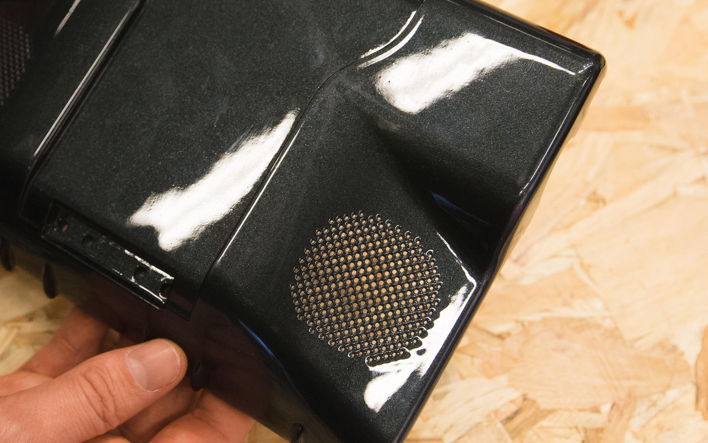 قطعه ای پرینت سه بعدی شده با تکنولوژی SLS و از جنس نایلون (PA-12) که سطح آن با استفاده از اسپری رنگ و وارنیش پرداخت شده است.
