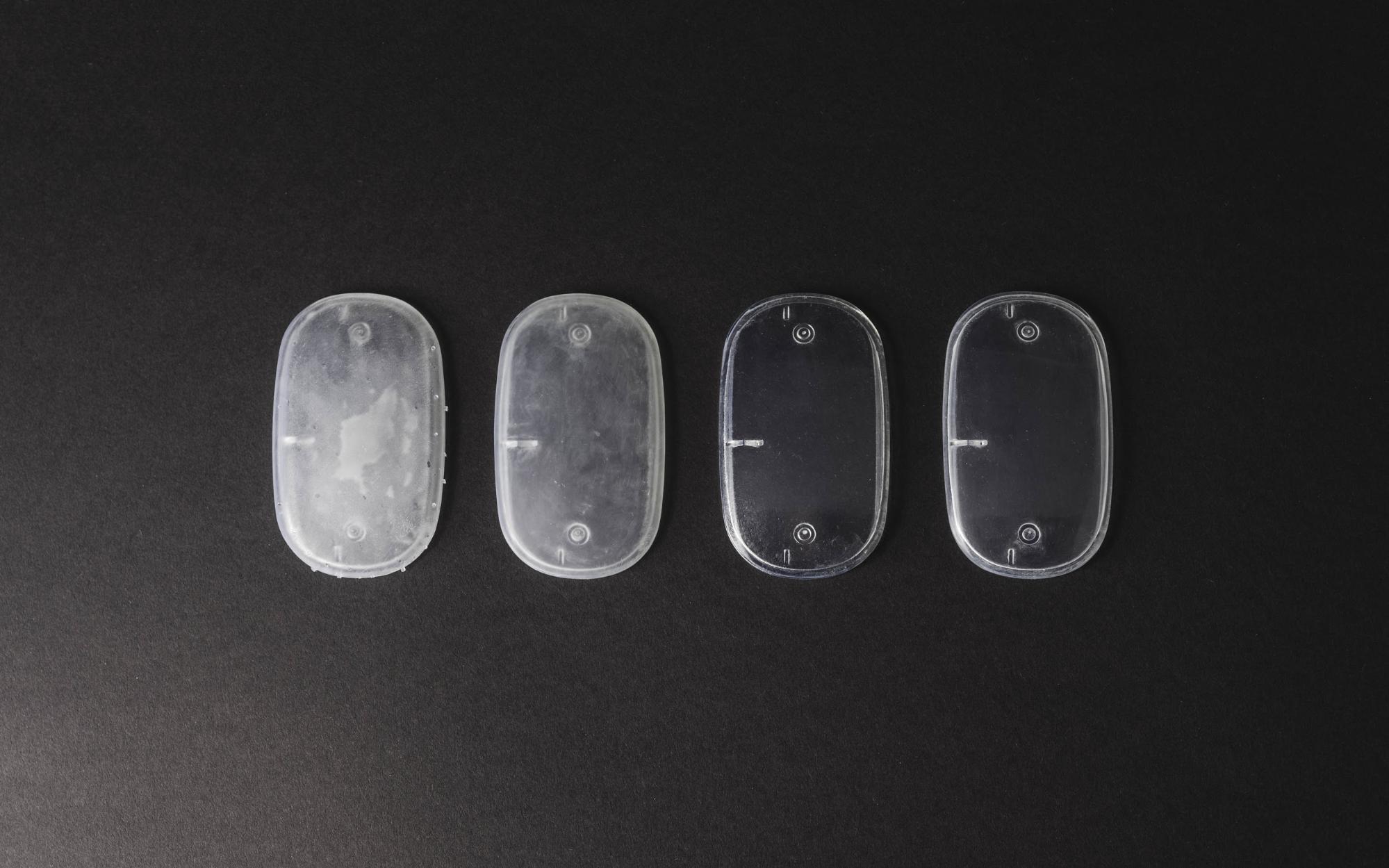 مراحل مختلف پرداخت و پست پروسس یک قطعه SLA شفاف. از چپ به راست: کندن دستی ساپورت ها ، سمباده تر، پوشش محافظ اکرلیک و پولیش.