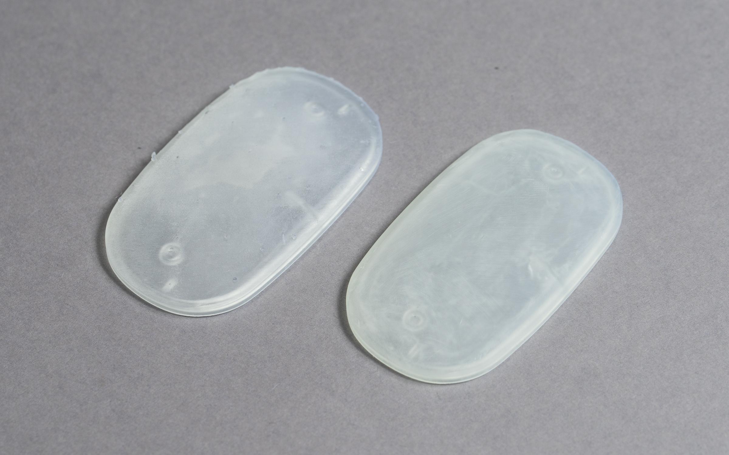جدا کردن ساپورت ها از قطعه پرینت سه بعدی شده به روش SLA، سمت راست و ساپورت هایی که نوک آن ها سنباده خورده اند سمت چپ.