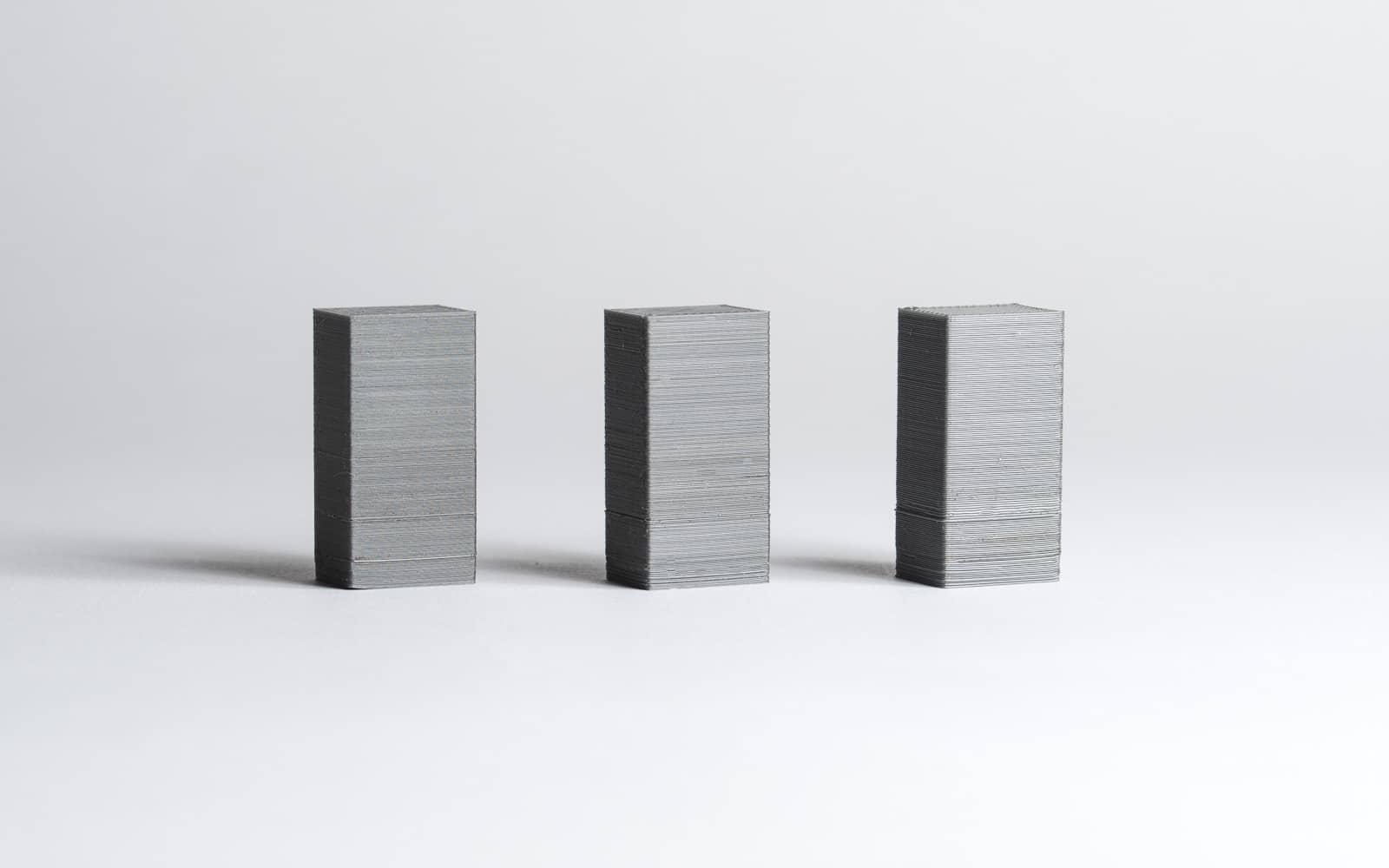 سه قطعه FDM که با ضخامت لایه های 50،200 و 300 میکرون ساخته شده اند.(چپ به راست)