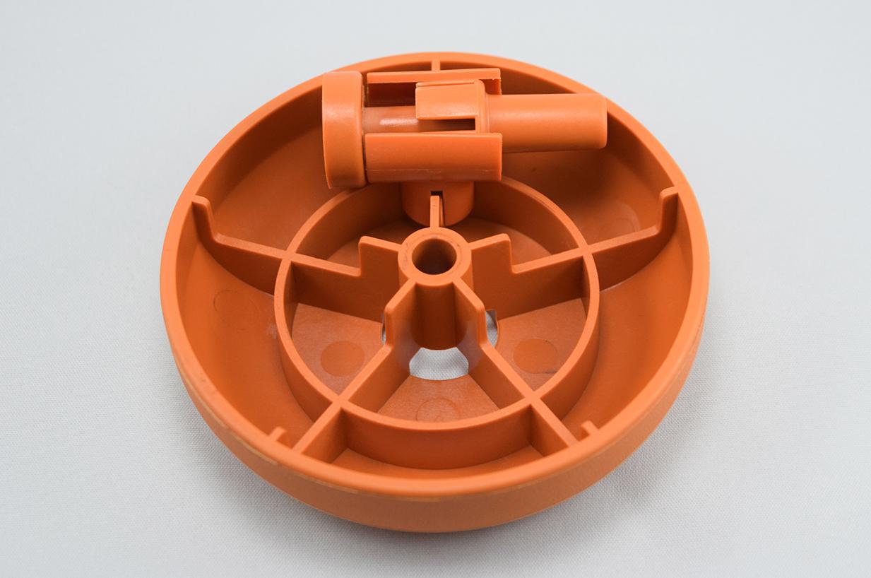 نیمه دوم تزریق پلاستیک یک قطعه کاربردی. دنده های درون این قطعه برای بالا بردن مقاومت آن در نظر گرفته شده است. جای پین های انژکتور در قطعه مشخص است.