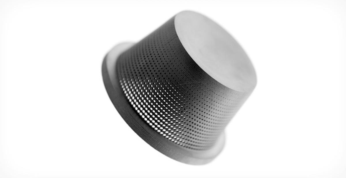 پرینت سه بعدی بایندرجت یک قطعه کوچک با دقت ابعادی بسیار بالا.