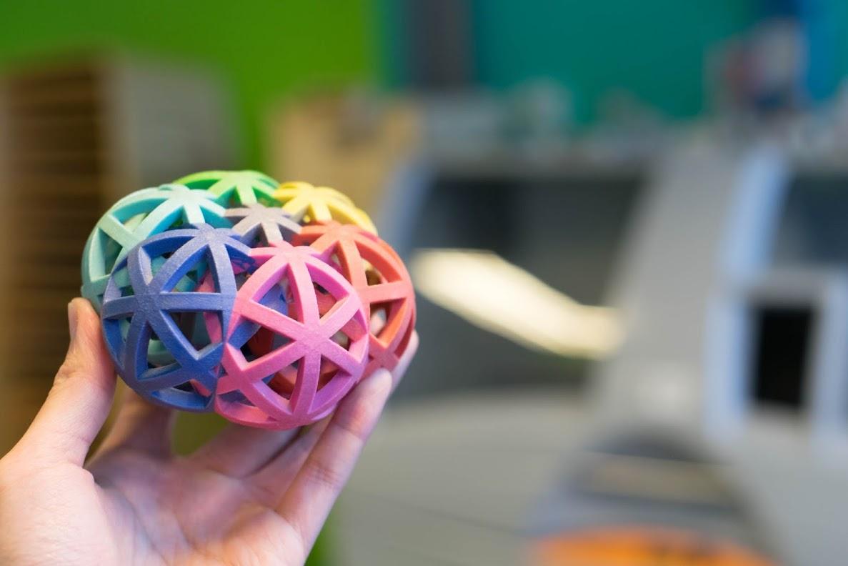یک پرینت سه بعدی تمام رنگی پرینت شده توسط پرینتر سه بعدی بایندرجت با سنگ ماسه ( Sandstone )