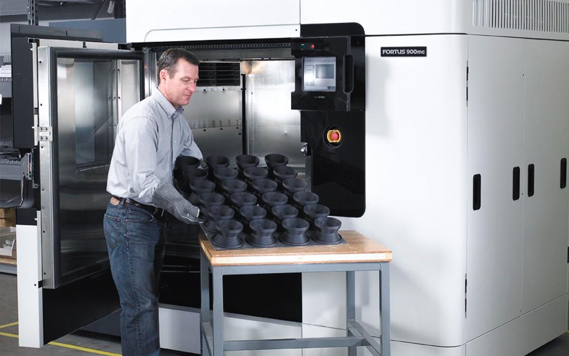 پرینت سه بعدی صنعتی FDM پلتفرم ساخت بسیار بزرگی دارد و امکان تولید محصولات در تعداد را فراهم می کند.