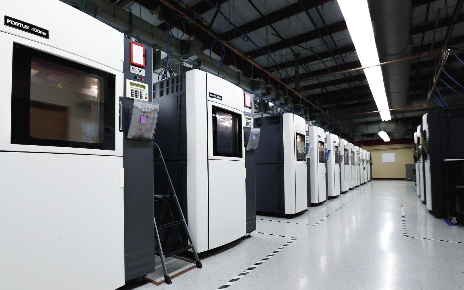 یک خط تولید با پرینترهای سه بعدی صنعتی FDM (تصویر متعلق به شرکت Stratasys است.)