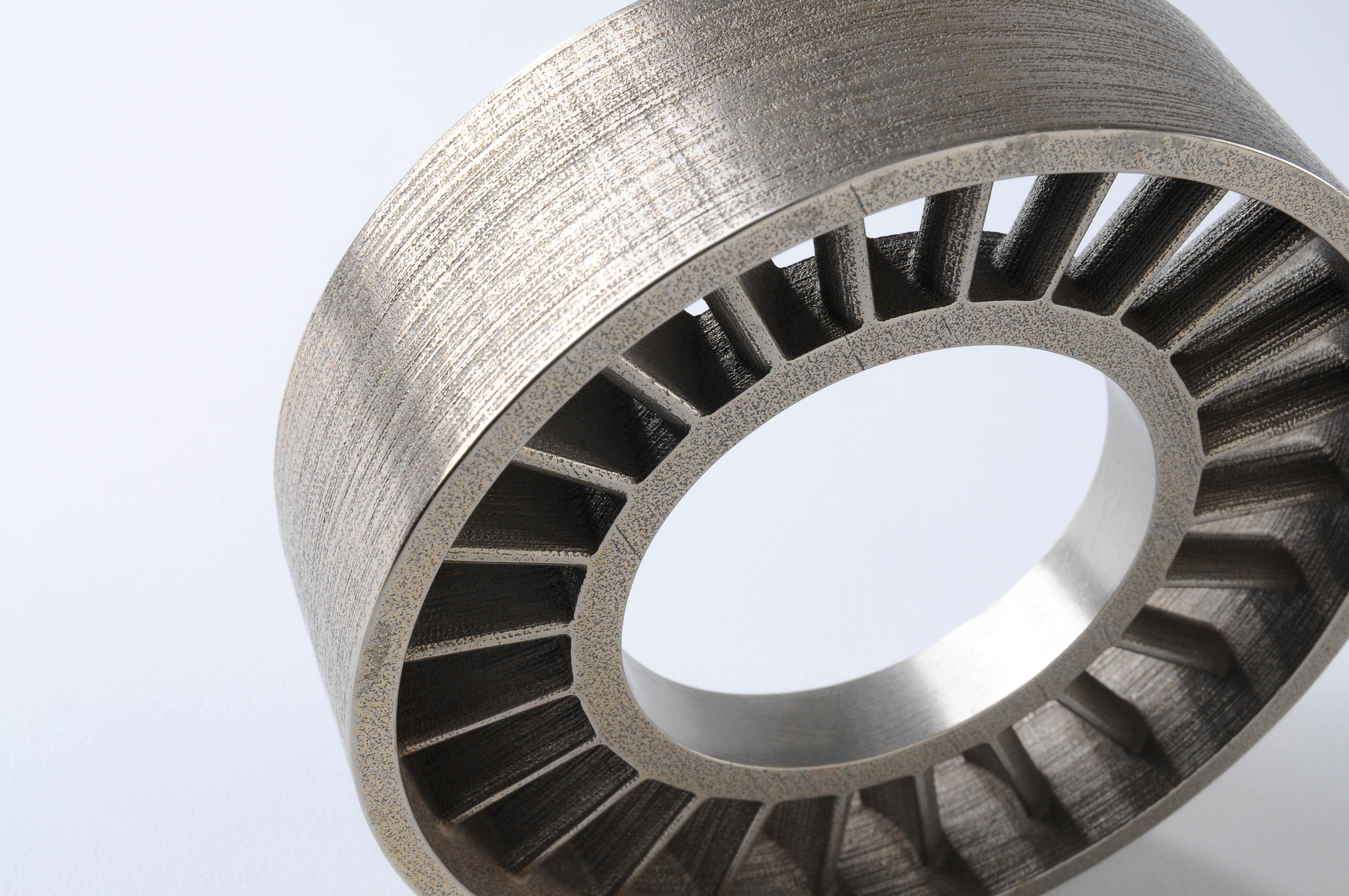 ایستانه یا استاتور گاز و روغن، پرینت سه بعدی با متریال فواد ضدزنگ یا استیل و پر شده با برنز. سطح قطعات فلزی ساخته شده با پرینتر سه بعدی بایندرجت معمولا بافتی مشابه سطح این قطعه دارند.