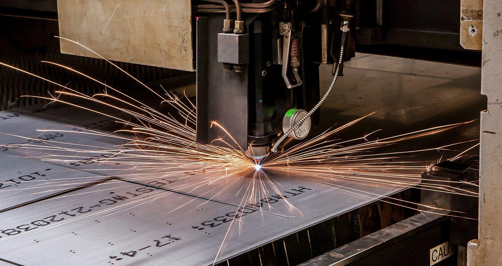دستگاه برش لیزر در حال بریدن فلز