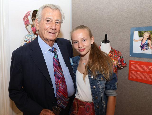Swedroe در کنار پدربزرگش رابرت