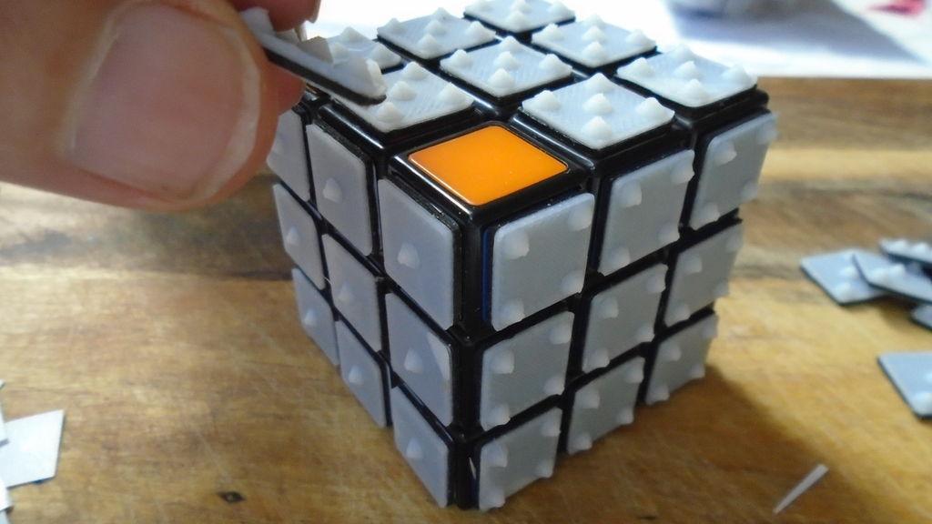 جایگزینی نمادهای برآمده به جای رنگ مکعب روبیک