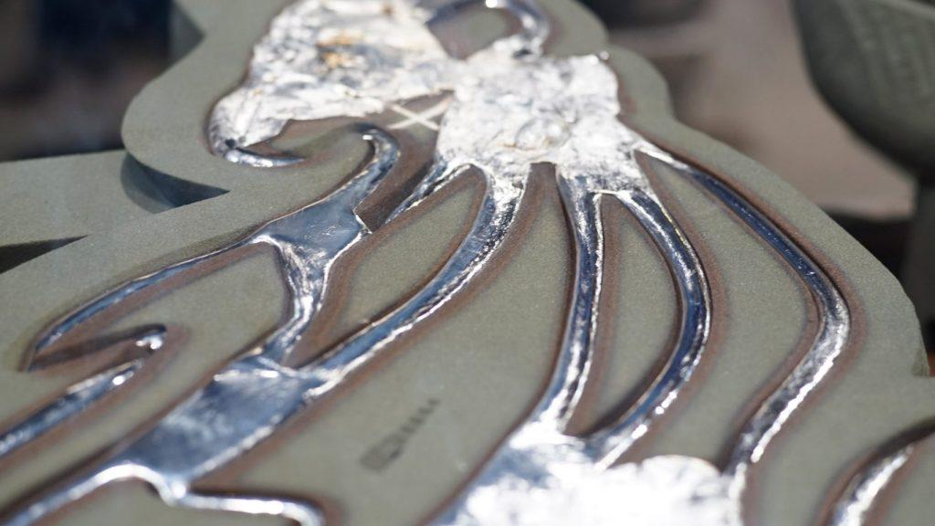 مایع فلزی در قالبی از جنس ماسه