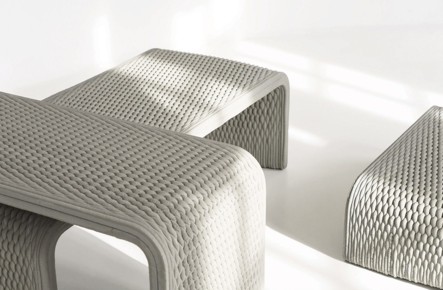 سه نیمکت پرینت سه بعدی شده با بافت موجی و U شکل