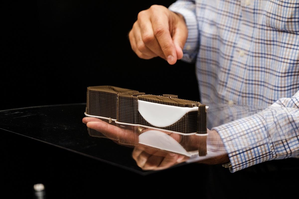 ویولون پرینت سه بعدی شده به همراه ساپورت استفاده شده در آن