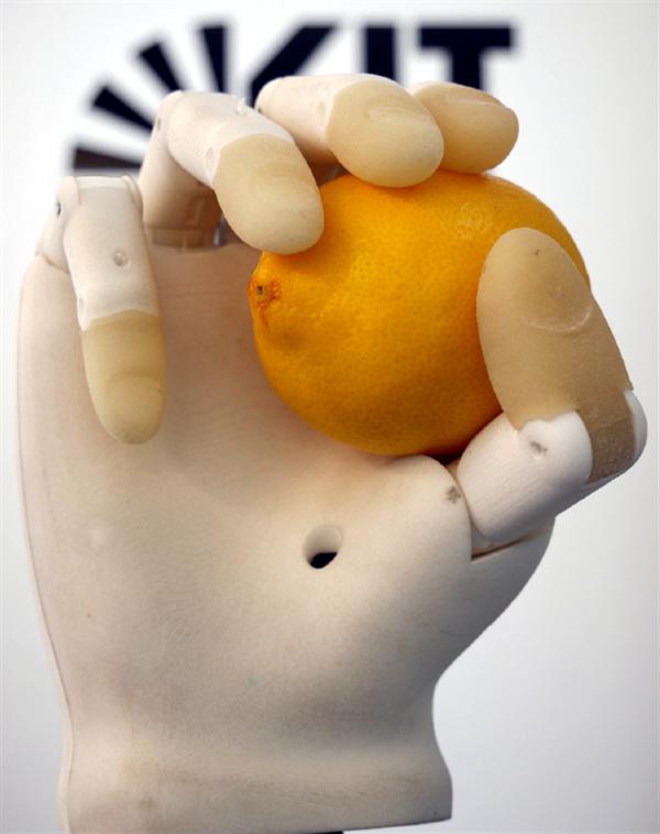 پرینت سه بعدی دست مصنوعی با دوربین تعبیه شده در کف آن