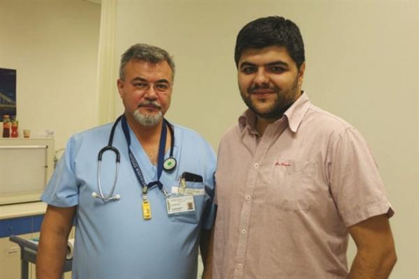 Ivaylo Josifov به همراه یکی از پزشکانش