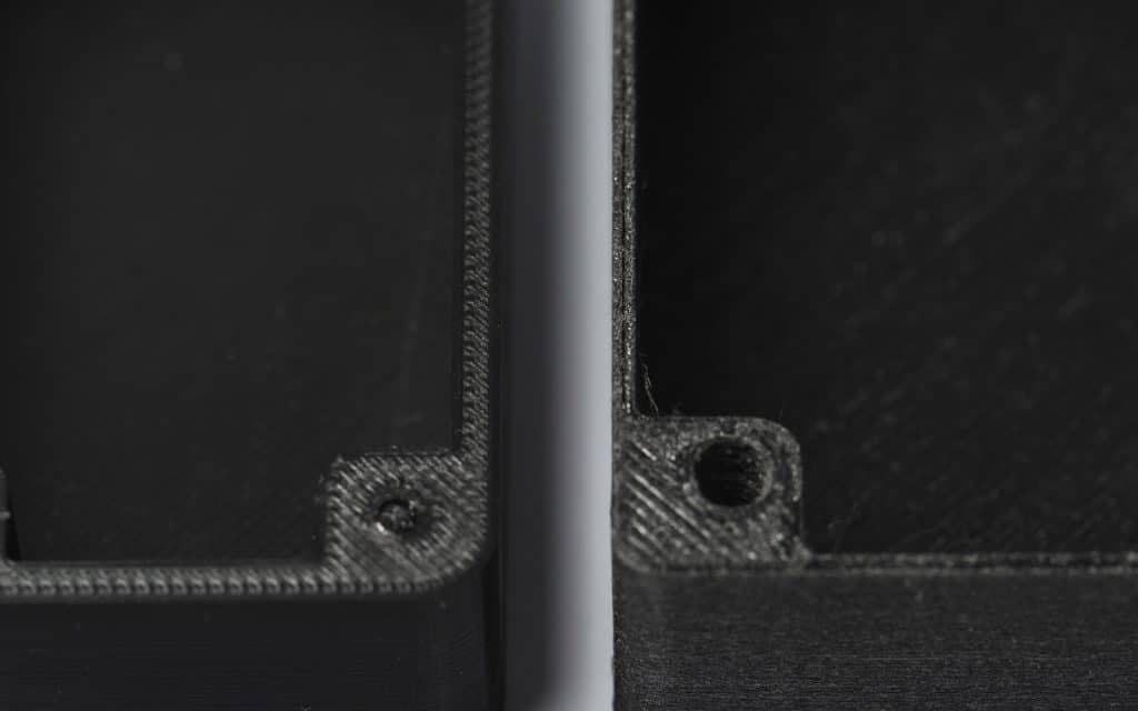 اینکه ضخامت دیواره های قطعه (پوسته) مضربی از قطر نازل باشد به استحکام قطعه کمک کرده و از ایجاد فضاهای خالی روی دیواره جلوگیری می کند. تصویر سمت چپ یک ضخامت دیواره ایده آل را نشان می دهد. در تصویر سمت راست ضخامت دیواره مضربی از قطر نازل نیست که موجب ایجاد فضای خالی در وسط دیواره شده است.