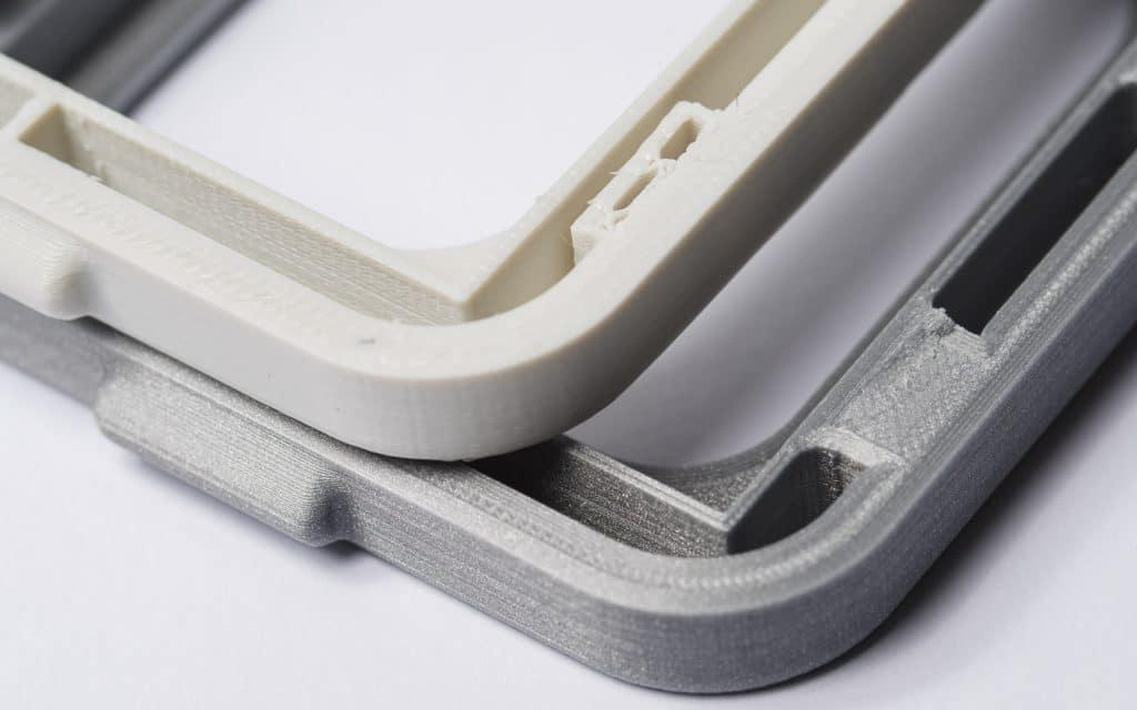 دو اتصال اسنپ فیت شکسته شده. قطعه سفید با تراکم 20% و قطعه طوسی با تراکم 100% پرینت شده است. افزایش تراکم داخلی موجب اتصال قوی تر بین بدنه و فیچر ها می شود.